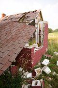 257_house crumbling